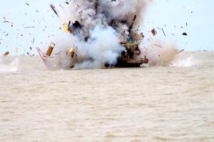 0521berbendera-Malaysia-diledakkan-di-Perairan-Belawan-karena-melakukan-pencurian-ikan-diwilayah-laut-Indonesia-Ayat-S-Karokaro